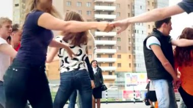 Russia, Moscow, 10 july 2015. Sport, dancing and urban culture concept. Group of teenagers dancing on the street — Stock Video