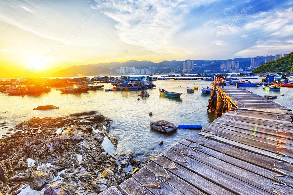 在日落的船码头.美丽的风景