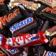 Постер, плакат: Snickers Mars Twix Kit Kat minis candy bars heap