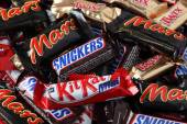 Snickers, Mars, Twix, Kit Kat minis candy bars heap — Stock Photo
