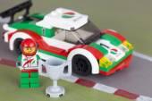 Auto da corsa Lego e pilota con la tazza — Foto Stock