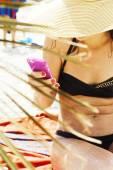Tropické, mladá žena na pláži pomocí chytrý mobilní telefon — Stock fotografie