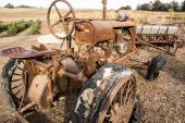 Vintage Tractor Out to Pasture — Stock Photo