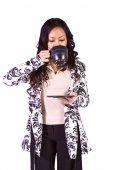 Mujer bebiendo café permanente — Foto de Stock