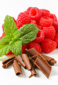 Fresh raspberries and chocolate curls — Stock Photo