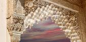 Arcos en el estilo islámico (árabe) en la alhambra, granada, España — Foto de Stock