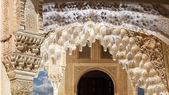 Oblouky v islámských (maurské) stylu v alhambra, granada, španělsko — Stock fotografie