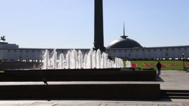 Fountain in the Victory Park on Poklonnaya Hill, Moscow, Russia. The memorial complex constructed in memory of those who died during the Great Patriotic war — Stock Video