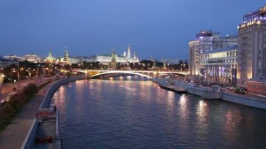 Natt utsikt över Moskvafloden, stora sten-bron och Kreml, Moskva, Ryssland — Stockvideo