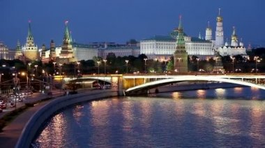 Night view of the Moskva River, the Great Stone Bridge and the Kremlin, Moscow, Russia — Stockvideo