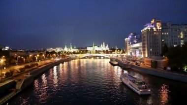 Night view of the Moskva River, the Great Stone Bridge and the Kremlin, Moscow, Russia — Stock Video