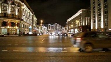 Traffic of cars in Moscow city center (Tverskaya Street near the Kremlin), Russia — Stock Video