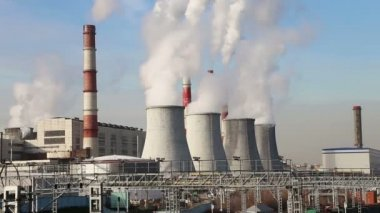 Coal burning power plant with smoke stacks, Moscow, Russia — Stock Video