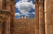 Rzymskie kolumny w jordanii miasta jerash (gerazie starożytności), stolica i największe miasto guberni jerash, jordan — Stok fotoğraf