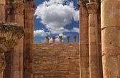 Roman Columns in the Jordanian city of Jerash (Gerasa of Antiquity), capital and largest city of Jerash Governorate, Jordan — Stock Photo