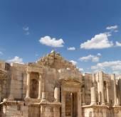 Ruinas romanas en la ciudad jordana de jerash (gerasa de la antigüedad), capital y ciudad más grande de la gobernación de jerash, jordania — Foto de Stock