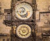 Night view of the medieval astronomical clock in the Old Town square in Prague, Czech republic — Stock Photo