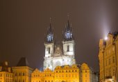 Night time illuminations of the fairy tale Church of our Lady Tyn (1365) in the Magical city of Prague, Czech republic — Fotografia Stock