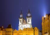 Ночное освещение времени сказки церковь Девы Марии tyn (1365) в волшебном городе Праге, Чешская Республика — Стоковое фото