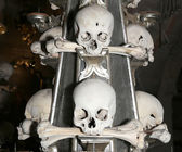 Sedlec Ossuary is a small Roman Catholic chapel, located beneath the Cemetery Church of All Saints in Sedlec, a suburb of Kutna Hora in the Czech Republic — Stockfoto