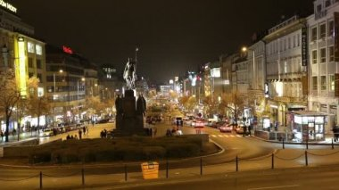 Night view of Wenceslas Square in the New Town of Prague, Czech Republic — Stock Video