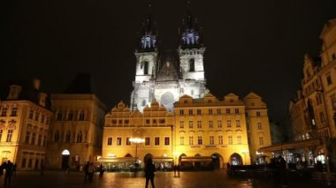Night time illuminations of the fairy tale Church of our Lady Tyn (1365) in the Magical city of Prague, Czech republic — Stock Video