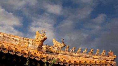 Dach-dekorationen in yonghe-tempel (lama-tempel) in peking, china — Stockvideo