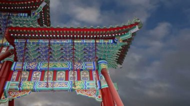 Traditional decoration of the roof of a Buddhist temple, Beijing, China — Vídeo stock