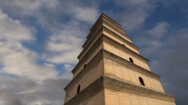 Giant Wild Goose Pagoda or Big Wild Goose Pagoda, is a Buddhist pagoda located in southern Xian (Sian, Xi'an),Shaanxi province, China — Vídeo de stock