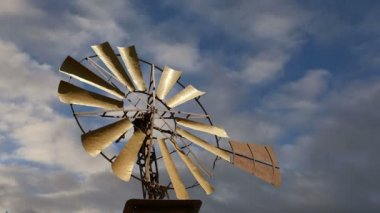 Old ranch windmill on a sky background   (time lapse) — 图库视频影像