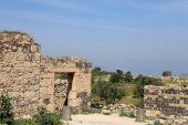 Romeinse ruïnes op um qais (um qhays)--is een stad in noordelijk jordanië in de buurt van de site van de oude stad van gadara. um is qais een van jordan's meest unieke greco romeinse decapolis sites — Stockfoto