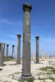 Římské korintskými sloupy v Umm Qais (Umm Qays) – je město v severním Jordan nedaleko místa starověkého města Gadara. Um Qais je jedním z Jordan je unikátní Greco římské Decapolis stránek — Stock fotografie