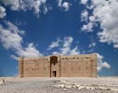 Qasr Kharana (Kharanah o Harrana), el castillo del desierto en este Jordan (a 100 km de Ammán). Construido en el siglo 8 D.c. para ser utilizado como caravasar, un lugar de descanso para los comerciantes — Foto de Stock