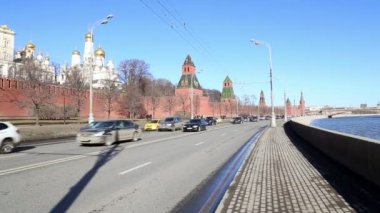 Embankment of the Moskva River near the Moscow Kremlin and the daily traffic, Moscow, Russia — Stock Video