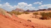 Rum deserto wadi também conhecido como o vale da lua é um vale cortar a pedra de arenito e granito no sul da jordânia 60 km a leste de aqaba — Fotografia Stock