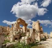 ローマ遺跡ジェラシュ (古代のジャラシュ) のヨルダン都市の首都で最も大きい都市ヨルダン ジェラシュ県 — ストック写真