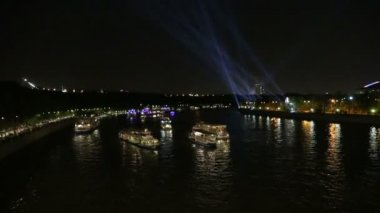 Tourist pleasure boats on Moskva River at night. Moscow, Russia — Stock Video