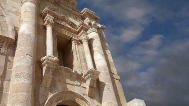 Arch of Hadrian in Gerasa (Jerash)-- was built to honor the visit of emperor Hadrian to Jerash in 129 AD, Jordan — Stock Video