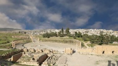 Forum (Oval Plaza)  in Gerasa (Jerash), Jordan. Forum is an asymmetric plaza at the beginning of the Colonnaded Street, which was built in the first century AD — Stock Video