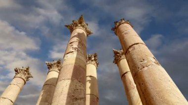 Roman Columns in the Jordanian city of Jerash (Gerasa of Antiquity), capital and largest city of Jerash Governorate, Jordan — Stock Video