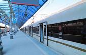 Поезд на платформе пассажирский Москва (Ярославский вокзал), Россия — является одной из девяти основных железнодорожных станций в Москве, на Комсомольской площади. — Стоковое фото