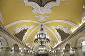 Stanice metra Komsomolskaja v Moskvě, Rusko. Stanice metra Komsomolskaja je památník sovětské éry — Stock fotografie