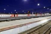 Поезд на Ленинград железнодорожная станция ночью — является одной из девяти основных железнодорожных станций, Москва, Россия — Стоковое фото