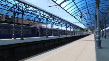 Treno sulla piattaforma di passeggeri di Mosca (stazione Yaroslavsky) e passeggeri, Russia..--è uno dei nove stazioni ferroviarie principali di Mosca, situato sulla Piazza Komsomolskaya. Ha il più alto rendimento del passeggero di tutte e nove le stazioni di Mosca — Video Stock