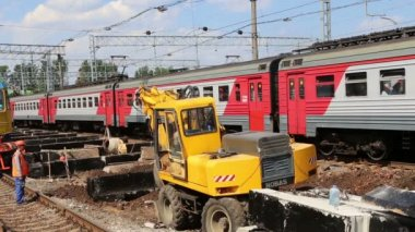Repair of railroads. Leningradsky railway station and passengers-- is one of the nine main railway stations of Moscow, Russia — Stock Video