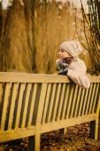 Młoda kobieta w parku — Zdjęcie stockowe