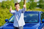 Guy with car key shows thumb up — Stock Photo