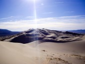 Ακτίνες του ήλιου σε kelso αμμόλοφους έρημο της Καλιφόρνιας — Stockfoto