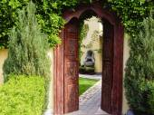 Arch doorway to secluded garden — Stock Photo