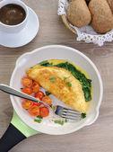 Omlet ıspanak, peynir ve közlenmiş domates ile — Stok fotoğraf